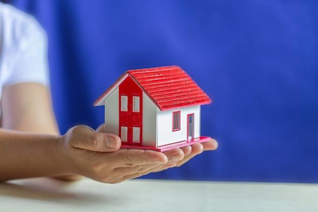 夢の家のモデルを保持している人間の手 無料写真