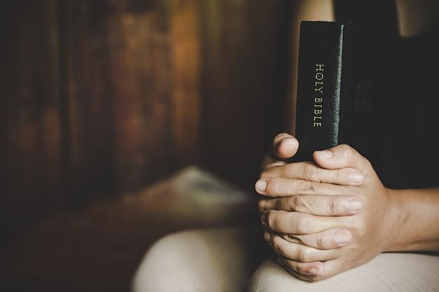 クリスチャンの生命危機は神に祈ります。 無料写真