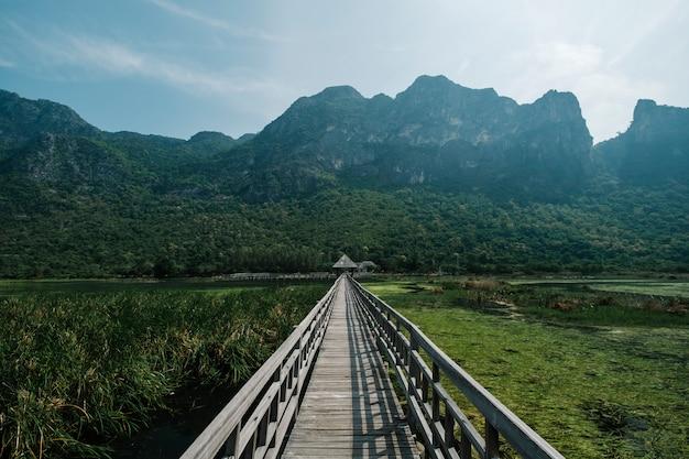 橋、湖と山 無料写真
