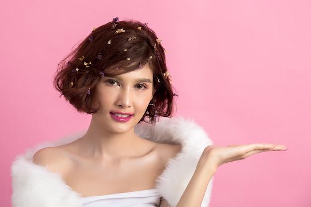 ピンクに分離された美しいアジアの女性 無料写真