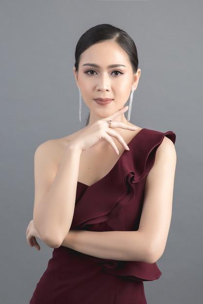 Красивое женское лицо. рука макияжа Бесплатные Фотографии