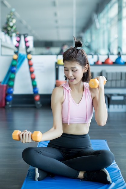 アジアの女性はジムでフィットネスをプレイします。 無料写真