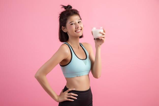 牛乳を飲む美しいスポーツ女性 無料写真