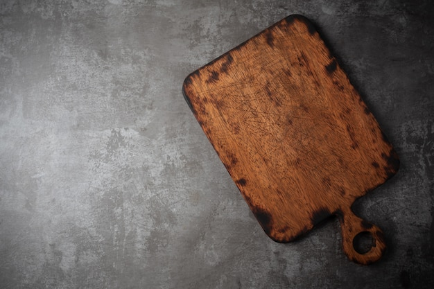テーブルの上の古いまな板。 無料写真