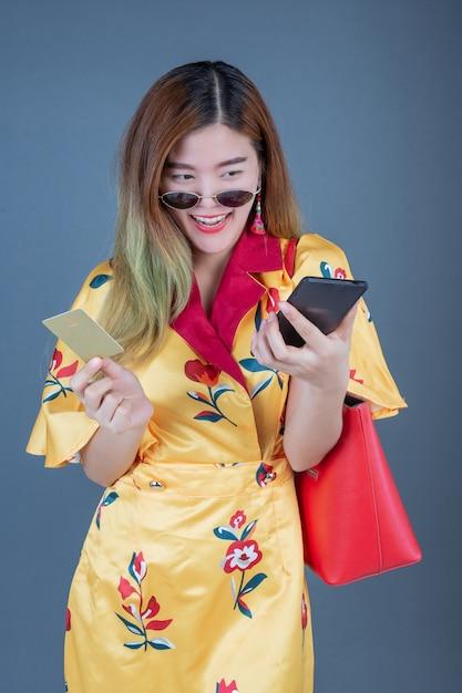 スマートカードや携帯電話を保持している女性 無料写真