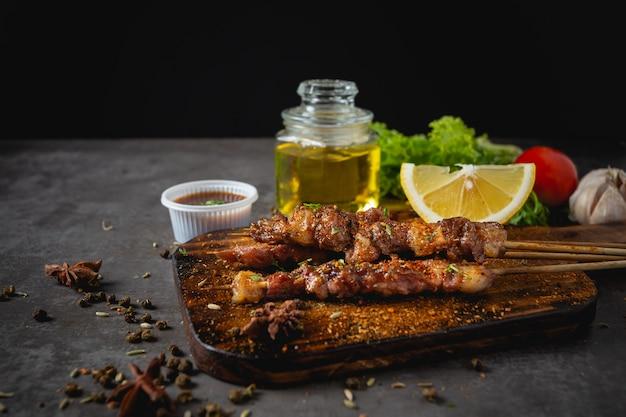 Гриль-барбекю, приготовленный с острым соусом из сычуаньского перца это китайская трава. Бесплатные Фотографии