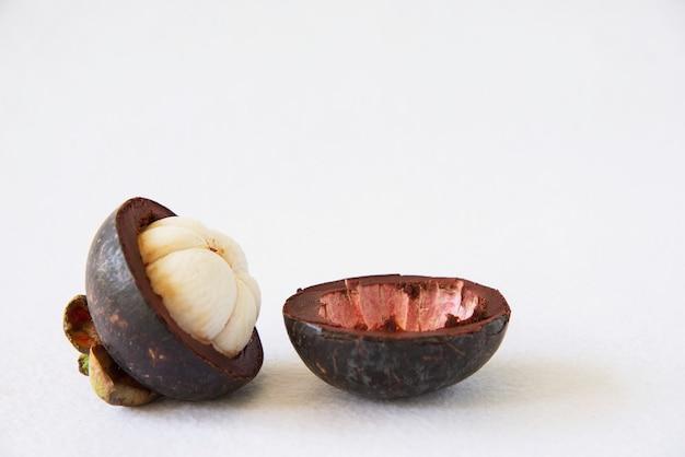 マンゴスチンタイの人気のある果物 - 厚い赤茶色の皮の中に肉の甘いジューシーな白いセグメントを持つトロピカルフルーツ。 無料写真
