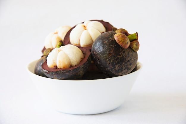 Мангостин из популярных тайских фруктов - тропический фрукт со сладкими сочными белыми кусочками мякоти внутри толстой красновато-коричневой кожуры. Бесплатные Фотографии