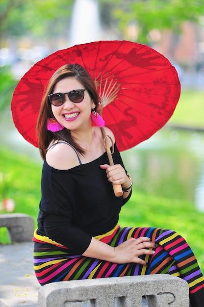 Тайская леди среднего возраста в ярких костюмах в северном тайском стиле на открытом туристическом месте в чианг май ланна, таиланд Бесплатные Фотографии