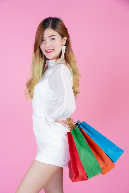 買い物袋、ファッションと美しさを保持している美しい白い女の子 無料写真