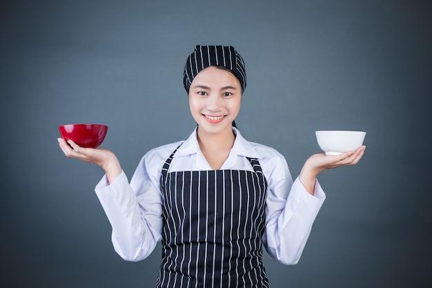 食物と一緒に空の皿を保持している主婦 無料写真