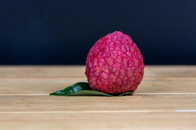 赤いライチ果実をかごに入れました。 無料写真