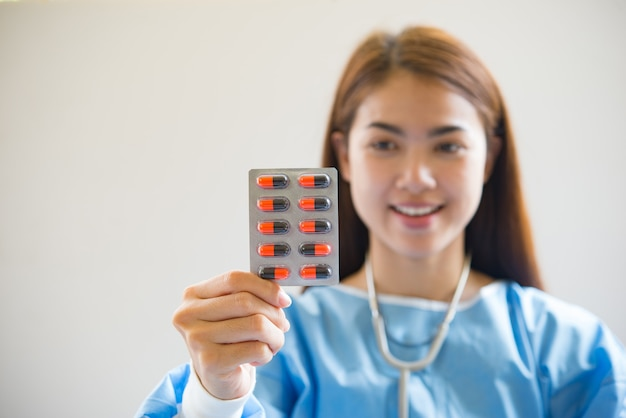 Медсестра дает лекарства Бесплатные Фотографии
