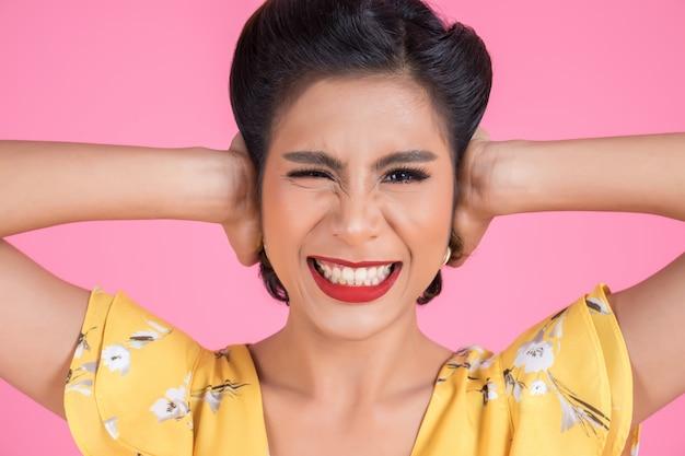 Модная женская рука прикрывает уши Бесплатные Фотографии