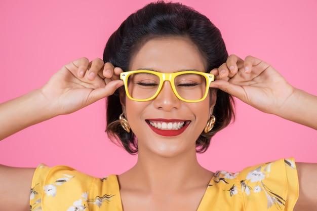 Портрет моды женщина действий с очками Бесплатные Фотографии