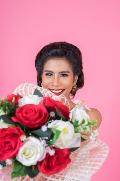幸せなファッションの女性と花束 無料写真