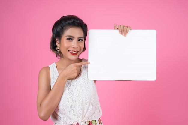 白い旗を表示するファッション女性の肖像画 無料写真