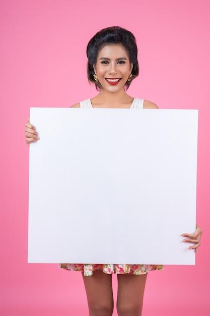 Портрет женщины моды показывая белое знамя Бесплатные Фотографии