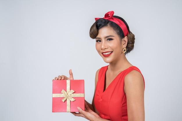 驚きのギフトボックスと美しい幸せな女 無料写真
