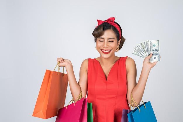 色の買い物袋を保持している美しいアジアの女性 無料写真