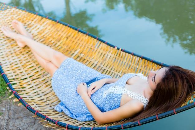 Молодая красивая женщина сонный в гамаке Бесплатные Фотографии