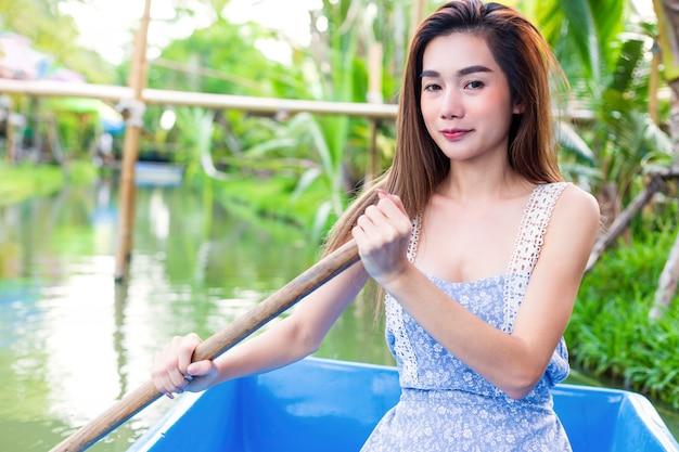 Молодая милая женщина ослабляя гребной лодкой Бесплатные Фотографии
