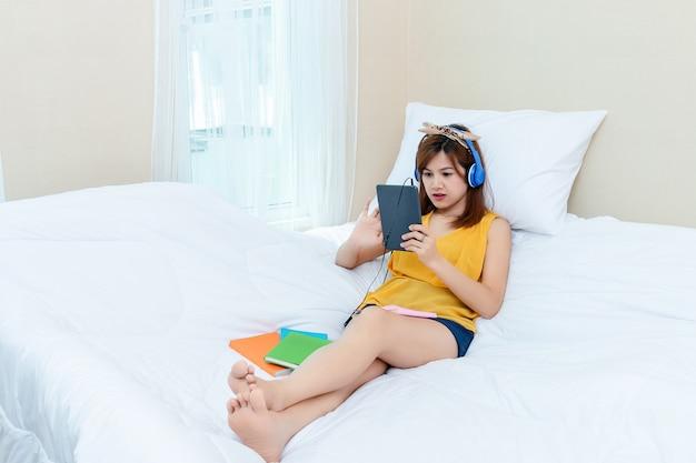 自宅でリラックスできる時間ときれいな女性 無料写真