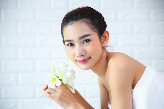 スパマッサージで肌触りの良い女性 無料写真