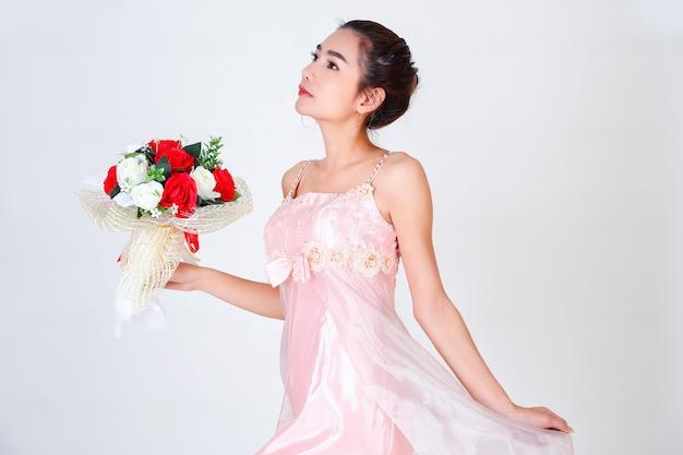 若いきれいな女性と美しいドレス 無料写真