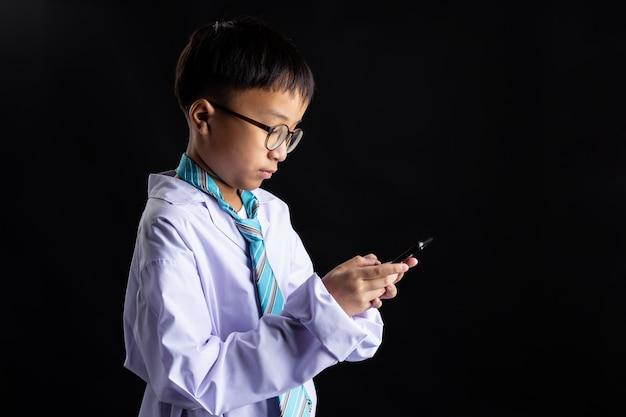 Азиатский мальчик подражать взрослому с смартфона Бесплатные Фотографии
