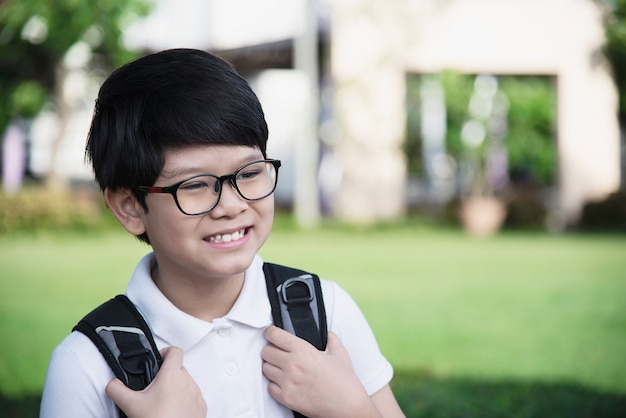 Молодой азиатский мальчик таиланда счастливый идти в школу Бесплатные Фотографии
