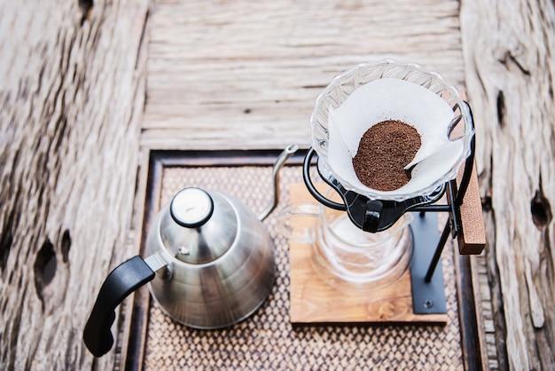 ビンテージコーヒーショップでドリップコーヒーを作る 無料写真
