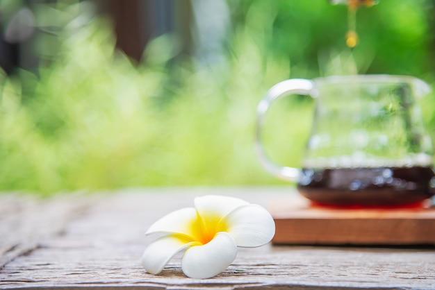 Приготовление капельного кофе в винтажной кофейне с зеленым садом Бесплатные Фотографии