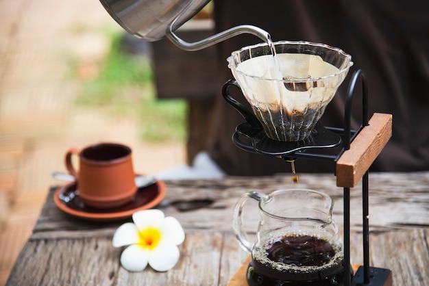 Человек, делая капельного свежего кофе в старинной кофейне Бесплатные Фотографии