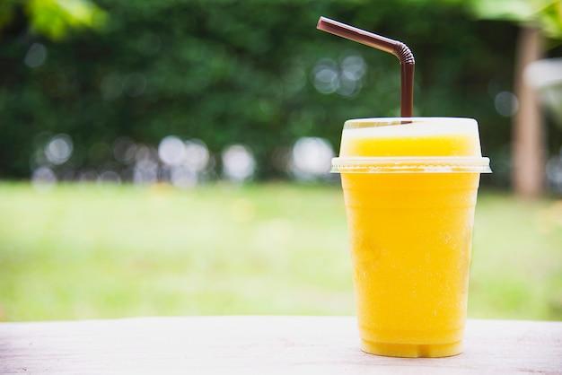 Лед манго апельсиновая смесь в зеленом саду Бесплатные Фотографии