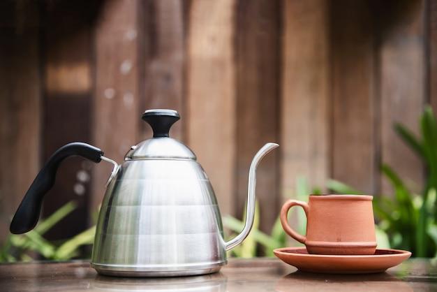 緑豊かな庭園のコーヒーカップ 無料写真