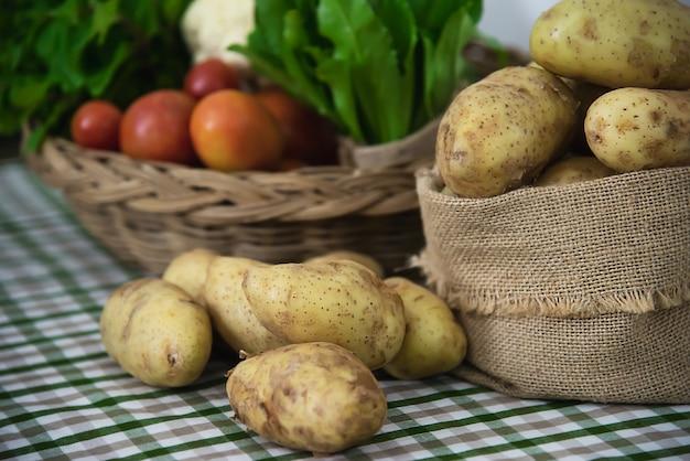 調理する準備ができてキッチンで新鮮なジャガイモ 無料写真