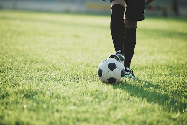 スタジアムでのサッカー選手のアクション 無料写真
