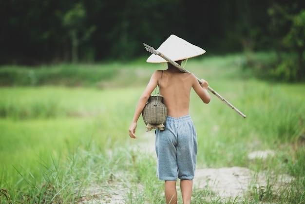 田舎のアジアの少年生活 無料写真