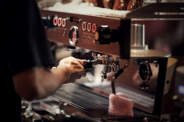 Крупным планом бариста приготовления капучино, бармен готовит кофейный напиток Бесплатные Фотографии