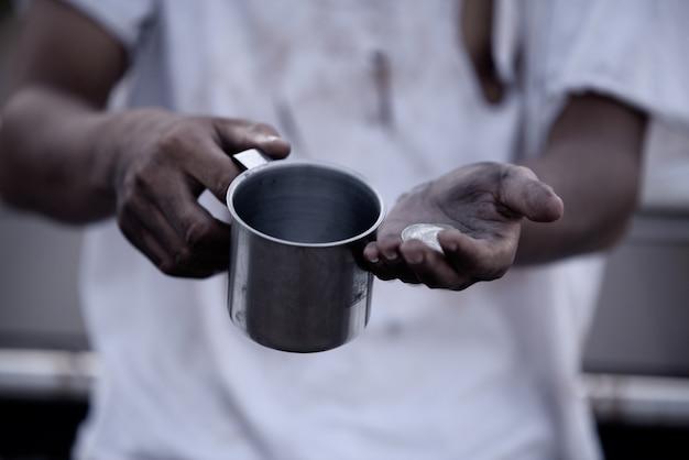 Бедный человек просит милостыню, бездомный азиат просит денег Бесплатные Фотографии
