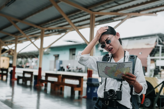 電車、休暇、旅行のアイデアで旅行する幸せな女性。 無料写真