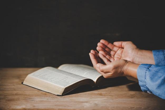 Духовность и религия, руки сложены в молитве на святой библии в церкви концепции для веры. Бесплатные Фотографии