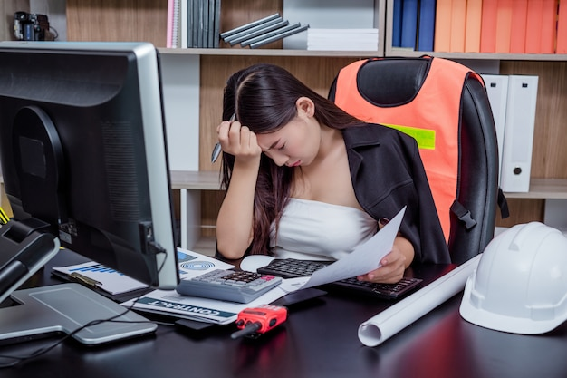 ビジネスマン、ストレスや疲労でオフィスで働く女性。 無料写真