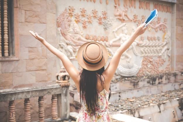 女の子は、旧市街の観光マップを保持しています。 無料写真