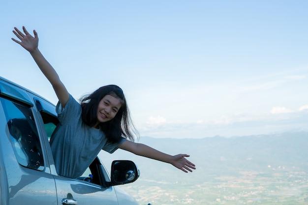 旅行者、若い女性、素晴らしい山と森、放浪癖のある旅行のアイデア、 無料写真