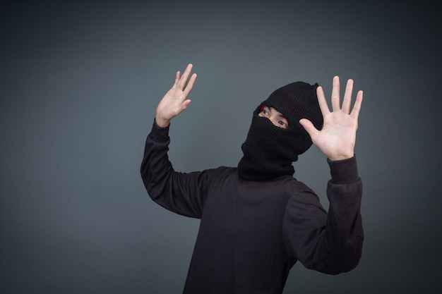 Преступники носят маску черного цвета на сером Бесплатные Фотографии