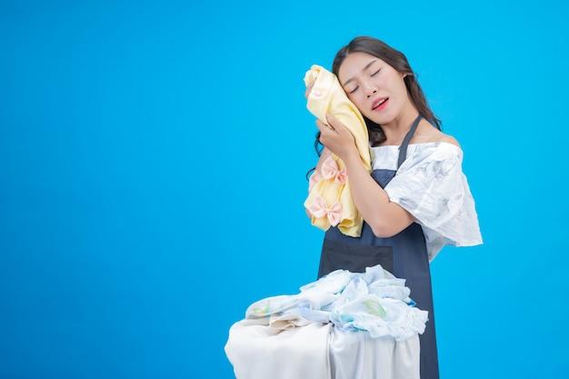 青を洗う準備ができて布を保持している美しい女性 無料写真