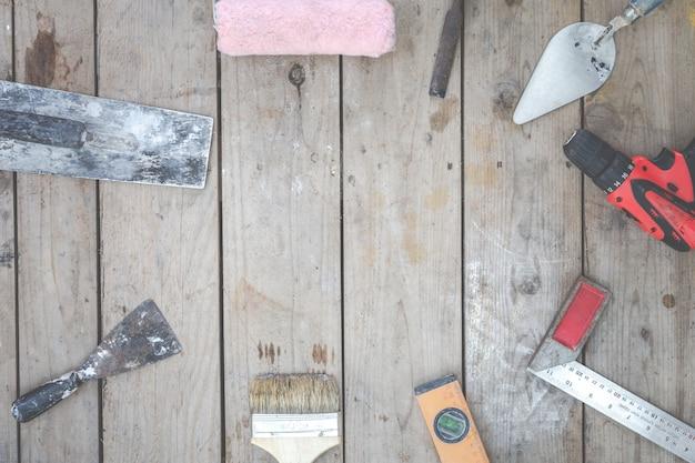 Строительный инструмент укладывают на деревянные полы. Бесплатные Фотографии