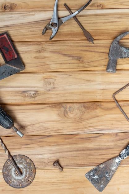 手動ツールセット、木製の床に設定。 無料写真